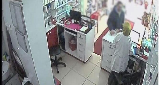 Bursa'da Dolandırıcılar Bu Defa Eczaneyi Hedef Aldı, O Anlar Güvenlik Kamerasına Yansıdı