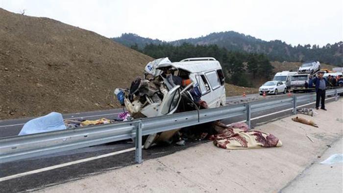 Feci Kaza! Minibüs Kamyonun Altına Girdi: Çok Sayıda Ölü Ve Yaralı Var