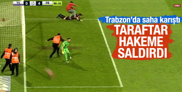 Trabzon'da Taraftar Sahaya Girdi, Hakeme Saldırdı