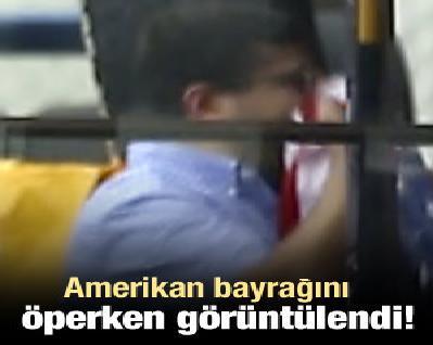 Amerikan Bayrağını Öperken Görüntülendi!