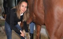 Bursa'da Üniversiteli Kızlar, Ojeli Ellerle Atlara Nal Çakıyor