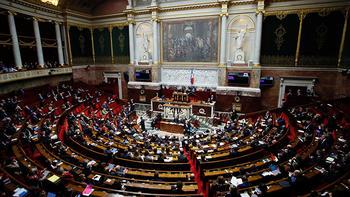 Fransa 'anne' ve 'baba' terimlerini 'Ebeveyn 1' ve 'Ebeveyn 2' olarak değiştirecek