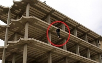 Onlarca Kişinin Önünde 5 Katlı Binanın Tepesinden Attılar!