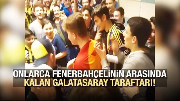 Onlarca Fenerbahçelinin arasında kalan Galatasaray taraftarı